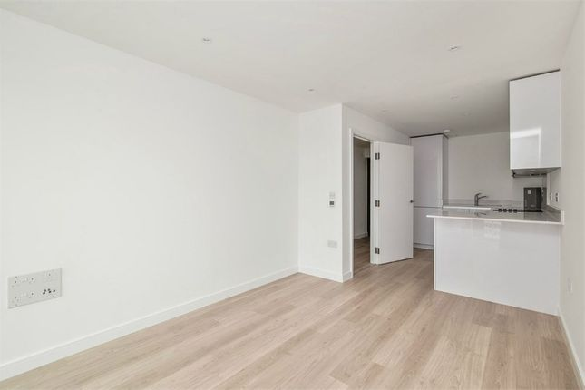 Thumbnail Flat to rent in Pinnacle Apartments, 11 Saffron Central Square, Wellesley Road