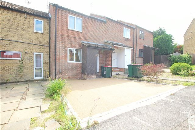 Thumbnail Terraced house for sale in Treeview, Crawley