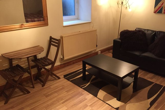 Room to rent in Savile Terrace, Halifax