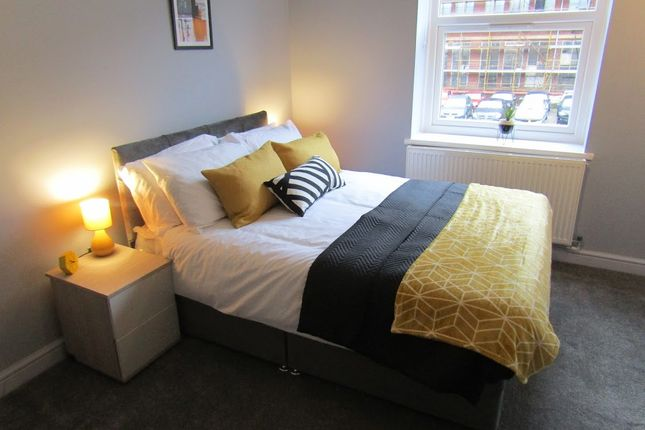 Thumbnail Shared accommodation to rent in Fields New Road, Chadderton
