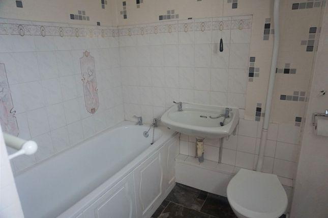 Family Bathroom of Quantock Close, Hull HU3