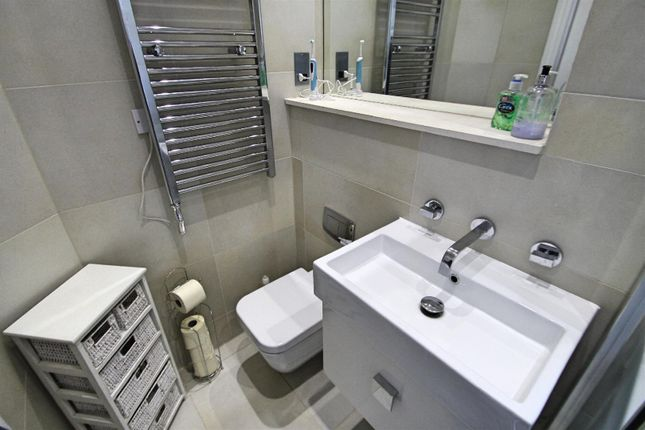 En-Suite: of Royal Connaught House, Royal Connaught Drive, Bushey WD23
