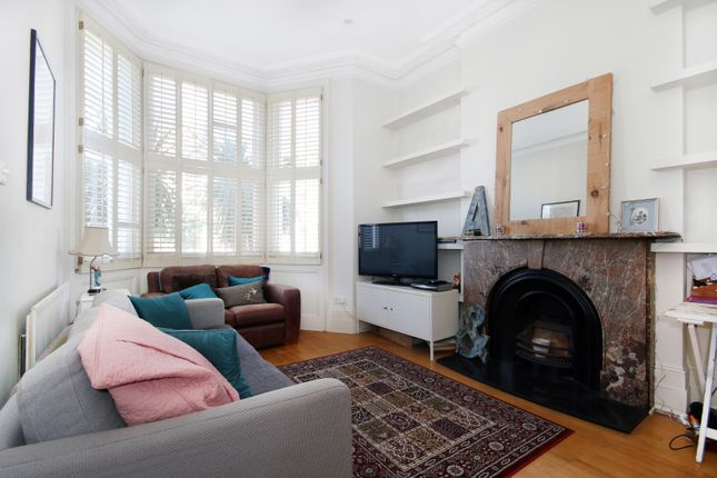 2 bed flat to rent in Geraldine Road, London