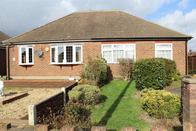 2 bed bungalow to rent in Philip Close, Romford RM7
