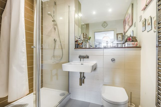 Ensuite of Heron House, Rushley Way, Reading RG2