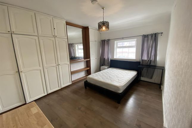 Room to rent in Perth Road, London