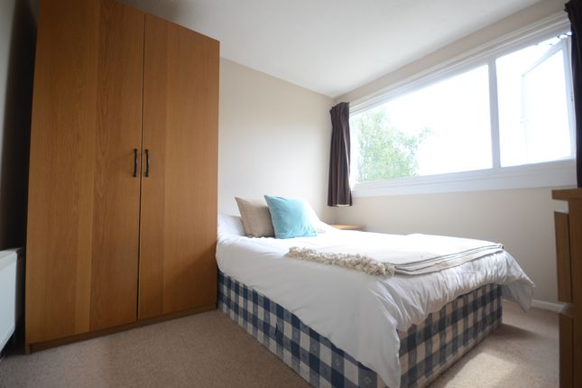 Thumbnail Room to rent in Hanwood Close, Woodley, Reading
