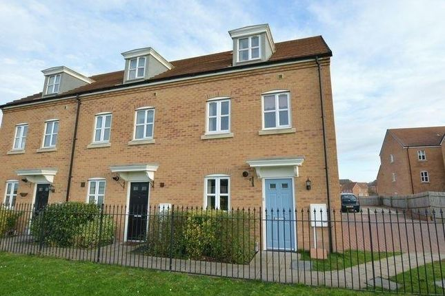 3 bed town house to rent in Collins Avenue, Stamford