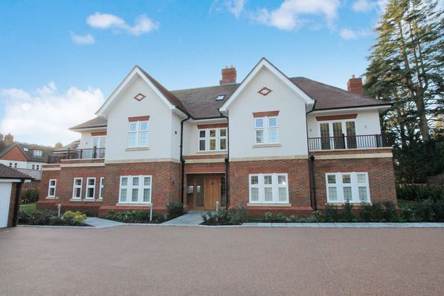 Thumbnail Flat for sale in Heath Drive, Walton On The Hill, Tadworth