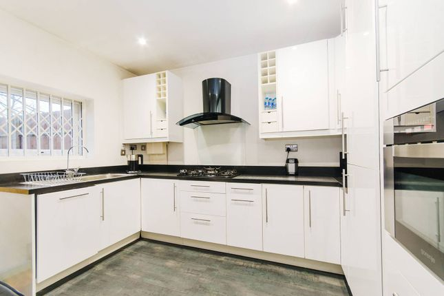 Thumbnail Flat to rent in Leamington Park, North Acton, London