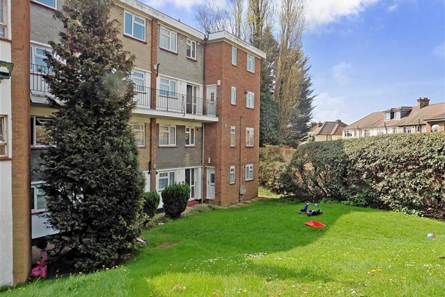 2 bed flat for sale in Victor Close, Hornchurch, Essex