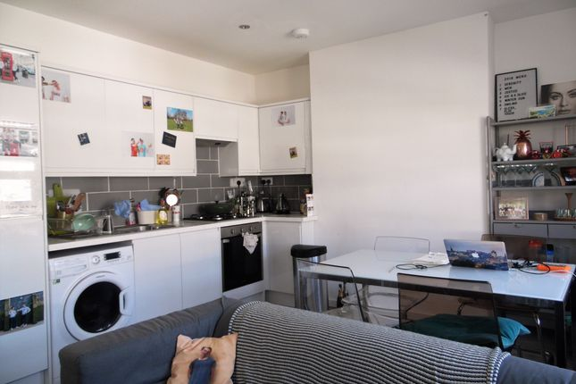 Thumbnail Flat to rent in Sandmere Road, Clapham North