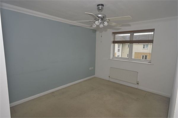 2 bed flat to rent in Bromhall Road, Dagenham, Essex