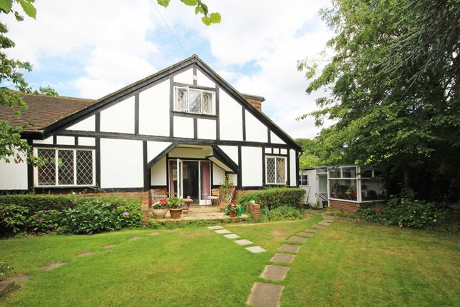 Flat to rent in River Bank, West Molesey