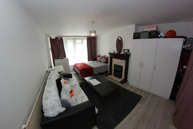 Thumbnail Flat to rent in Whitton Walk, London