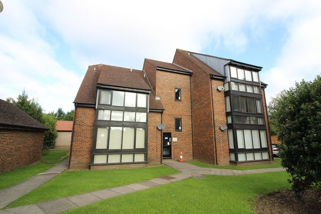 2 bed flat to rent in Wyllyotts Close, Potters Bar
