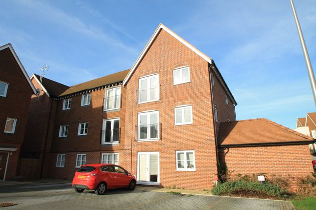 Thumbnail Flat to rent in Outfield Crescent, Wokingham, Berkshire