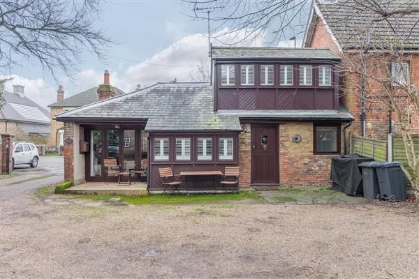 Thumbnail Bungalow to rent in Hoddesdon Road, Stanstead Abbotts, Ware