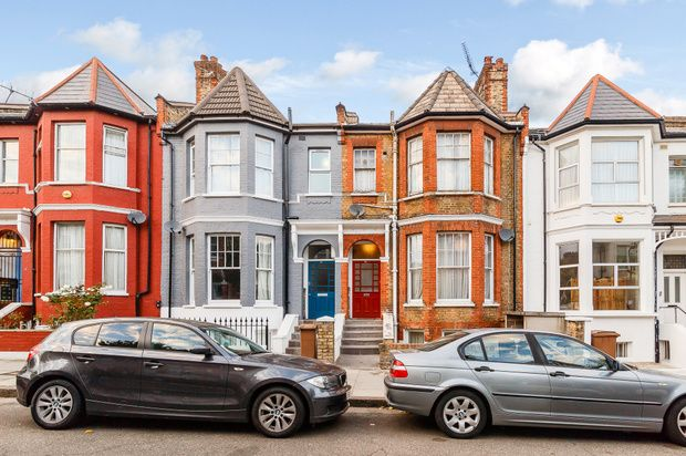 3 bed flat for sale in Gunton Road, London