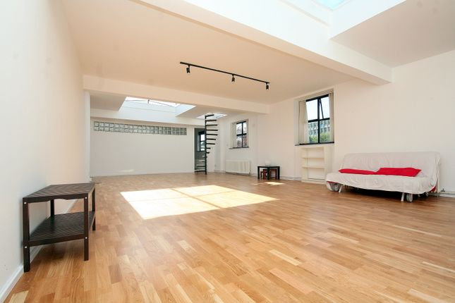 Thumbnail Flat to rent in The Galleries, 15-18 Cleveland Way, London