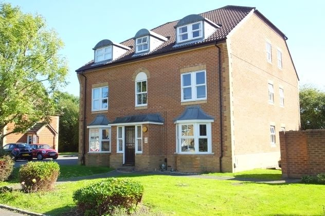Thumbnail Flat for sale in Mannock Way, Woodley, Reading, Berkshire