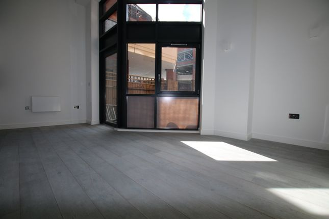 Thumbnail Flat to rent in Wellington Street, Slough