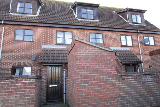 Thumbnail Maisonette to rent in Weavers Close, Stalham, Norwich