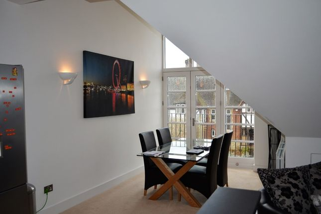 2 bed flat to rent in Cranley Road, Guildford
