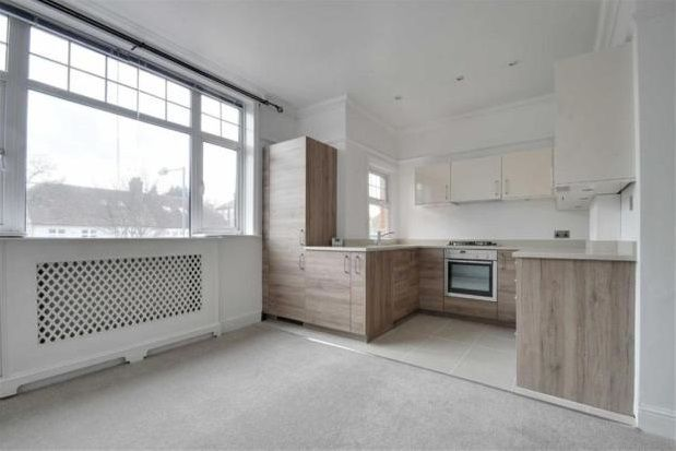 2 bed flat to rent in Queen Anne Avenue, Bromley South