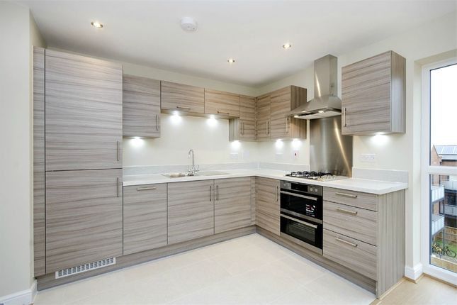 2 bed flat to rent in Otter Way, West Drayton, Greater London