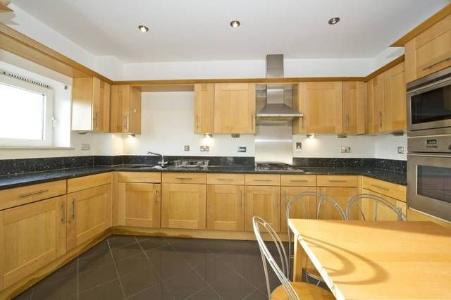 2 bed flat to rent in Warren House, London