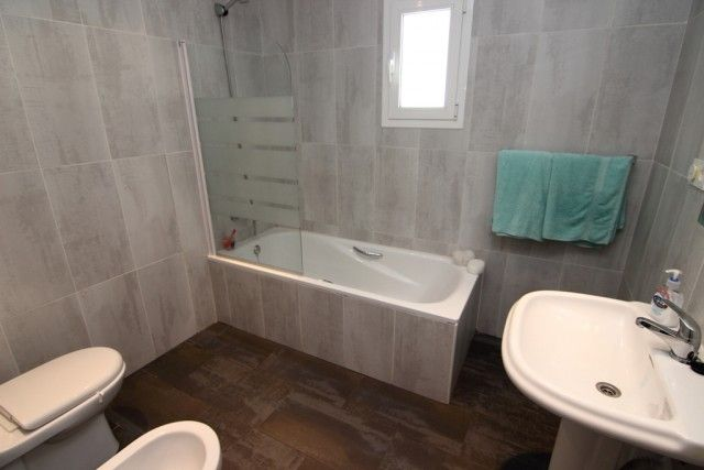 19 Guest Bathroom S