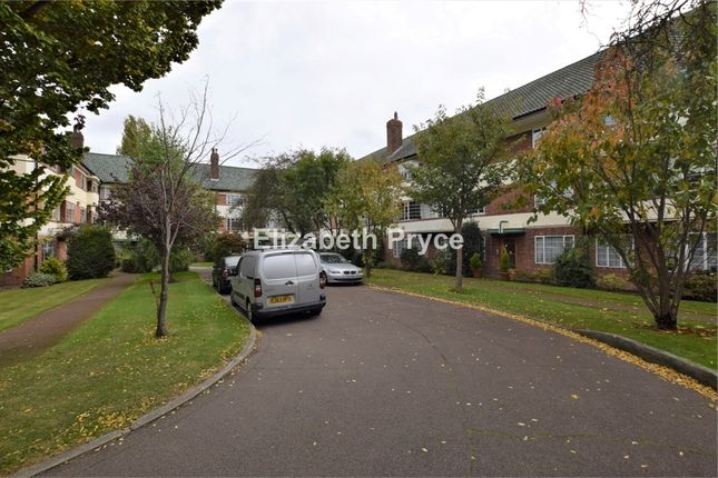 3 bed flat to rent in Hermitage Court, Woodford Road, London