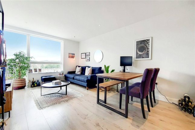 2 bed flat for sale in High Street, London N8