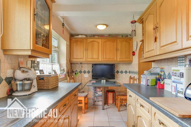 Kitchen: of Gwernaffield Road, Mold CH7