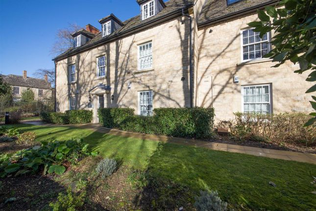2 bed flat to rent in Chichester House, Woodgreen, Witney OX28