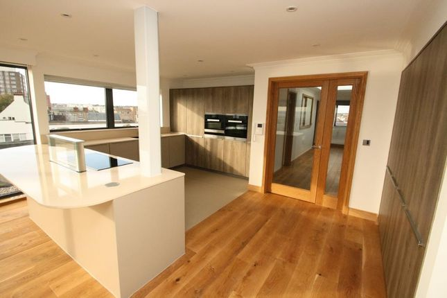 3 bed flat for sale in Broadway, Leigh-On-Sea