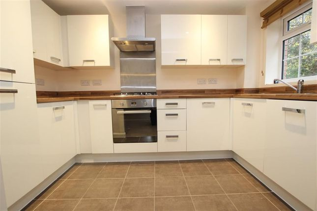 2 bed flat to rent in Temple Road, Bolton BL1