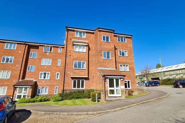 Thumbnail Flat to rent in St. Leonards Park, East Grinstead