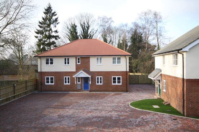 2 bed flat to rent in Manor Crescent, Didcot, Oxon