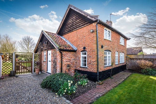 Thumbnail Cottage for sale in Loddon Road, Gillingham