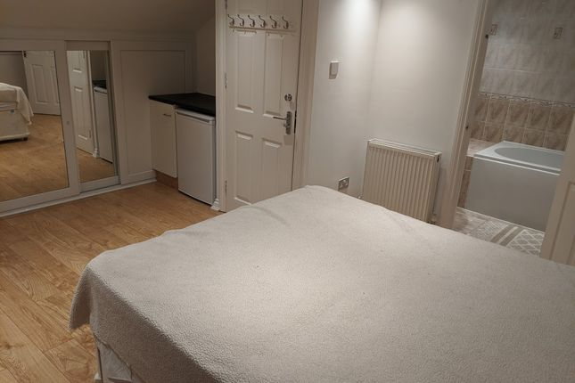 Room to rent in Pemberoke Road, Seven King London IG3