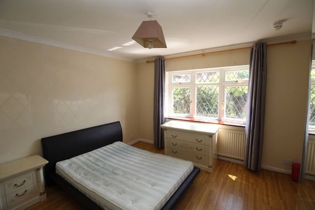 Room to rent in The Crescent, Egham