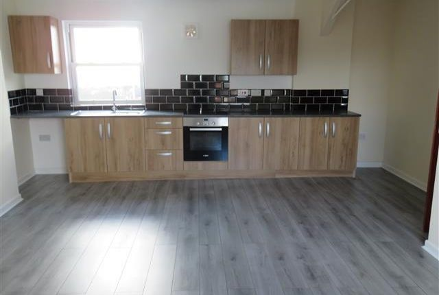 2 bed flat to rent in High Street, Dudley