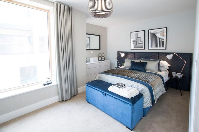Thumbnail Flat for sale in Brackenbury Road, London