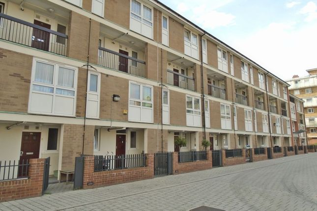 2 bed flat to rent in Brownfield Street, London