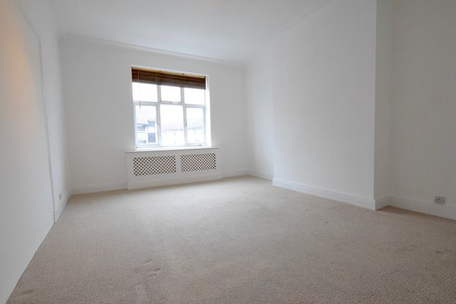 4 bed flat to rent in Windsor Court, Golders Green Road, Golders Green, London