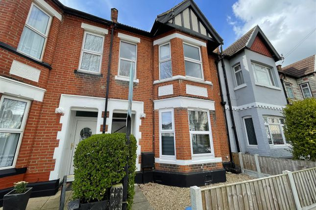 3 bed flat to rent in St. Helens Road, Westcliff-On-Sea SS0