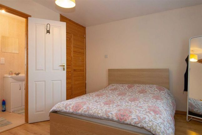 Thumbnail Room to rent in Kemble Court, Downhead Park, Milton Keynes