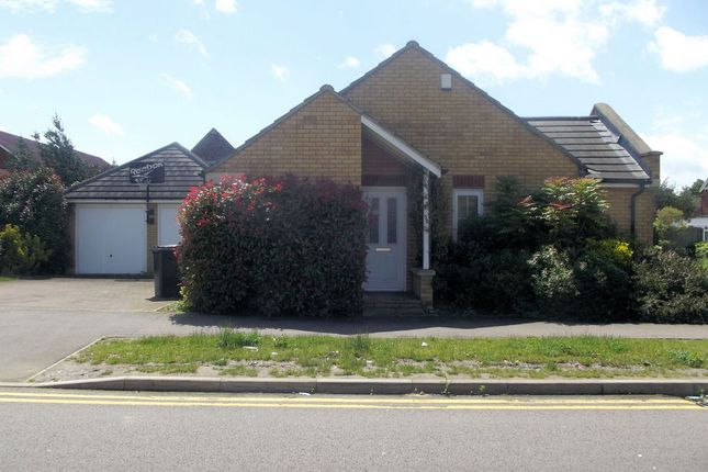 Thumbnail Bungalow to rent in Henley Road, Queens Park, Bedford